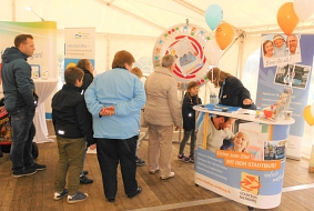 Infostand We are family mit Besuchern © Stadt Nienburg/Weser